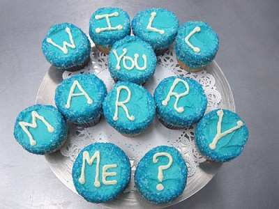 http://www.allthingscupcake.com/wp-content/uploads/2009/10/wedding-proposal-cupcakes-400x300.jpg